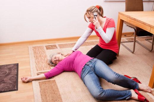 Женщина на полу, девушка с телефоном