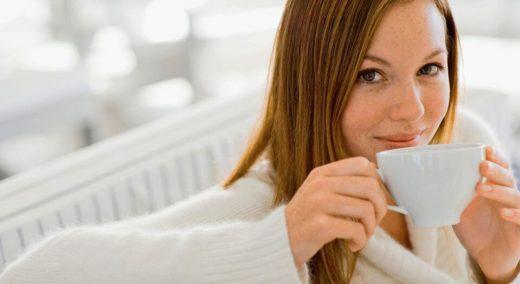 Женщина пьёт настой