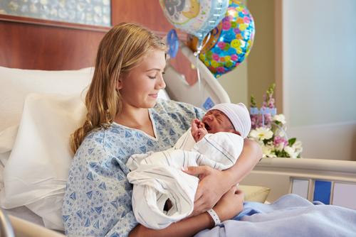 Женщина с новорождённым