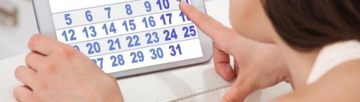 Женщина высчитывает дату начала месячных
