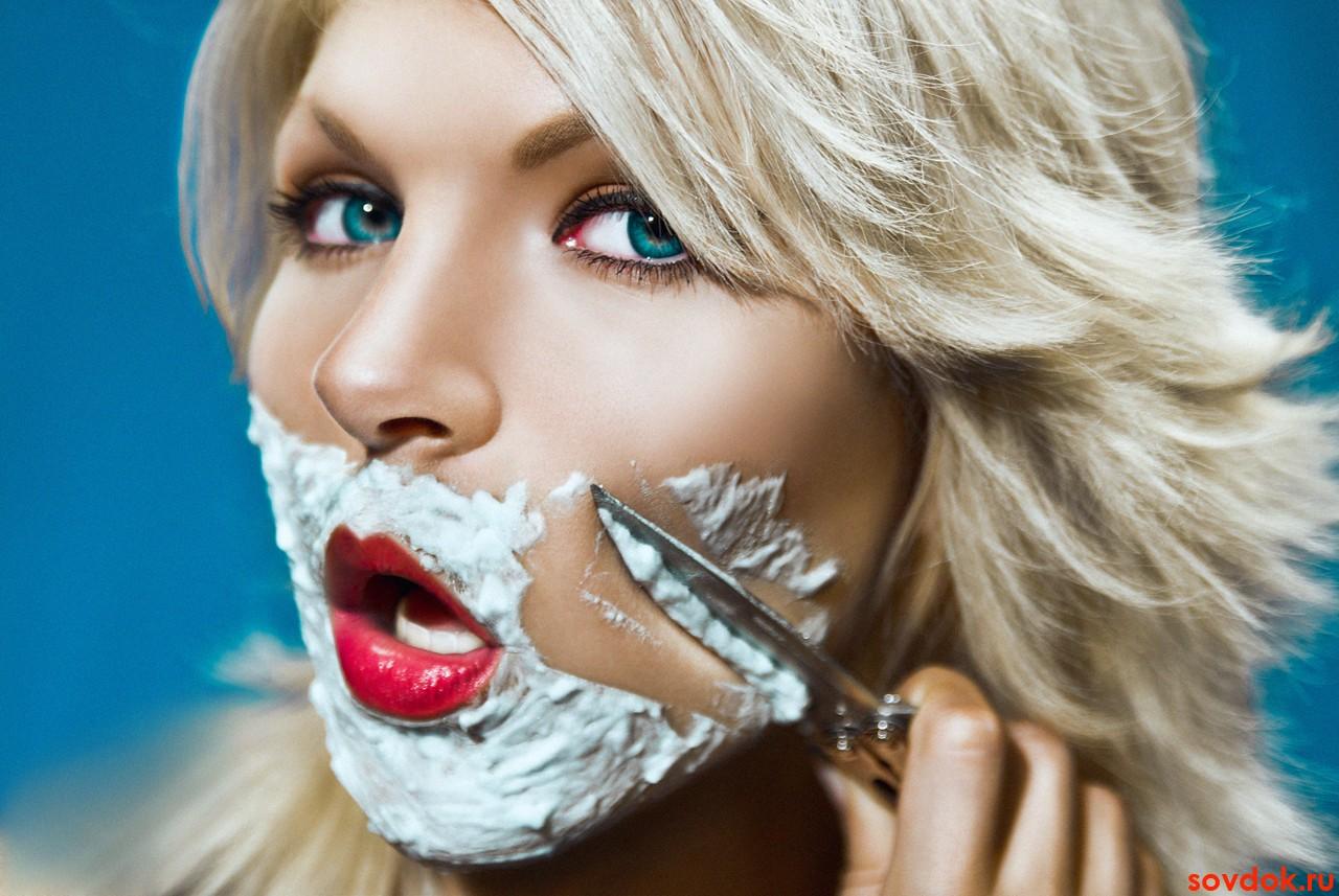 женщина бреет лицо ножом