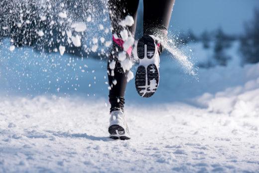 Девушка бежит по снегу