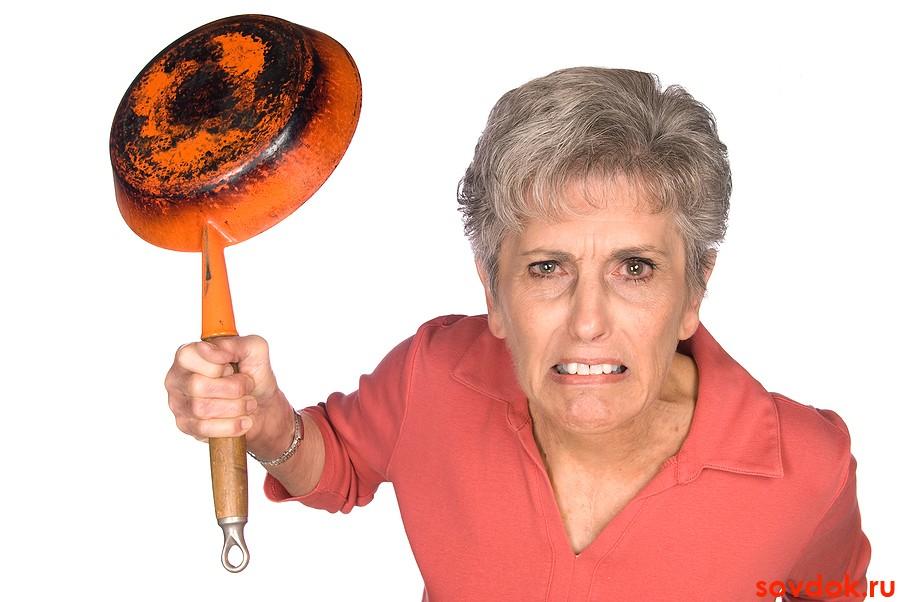 злая старушка со сковородой